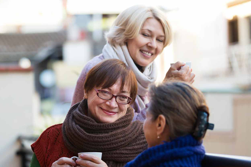 3 vrouwen met koffie bijeen
