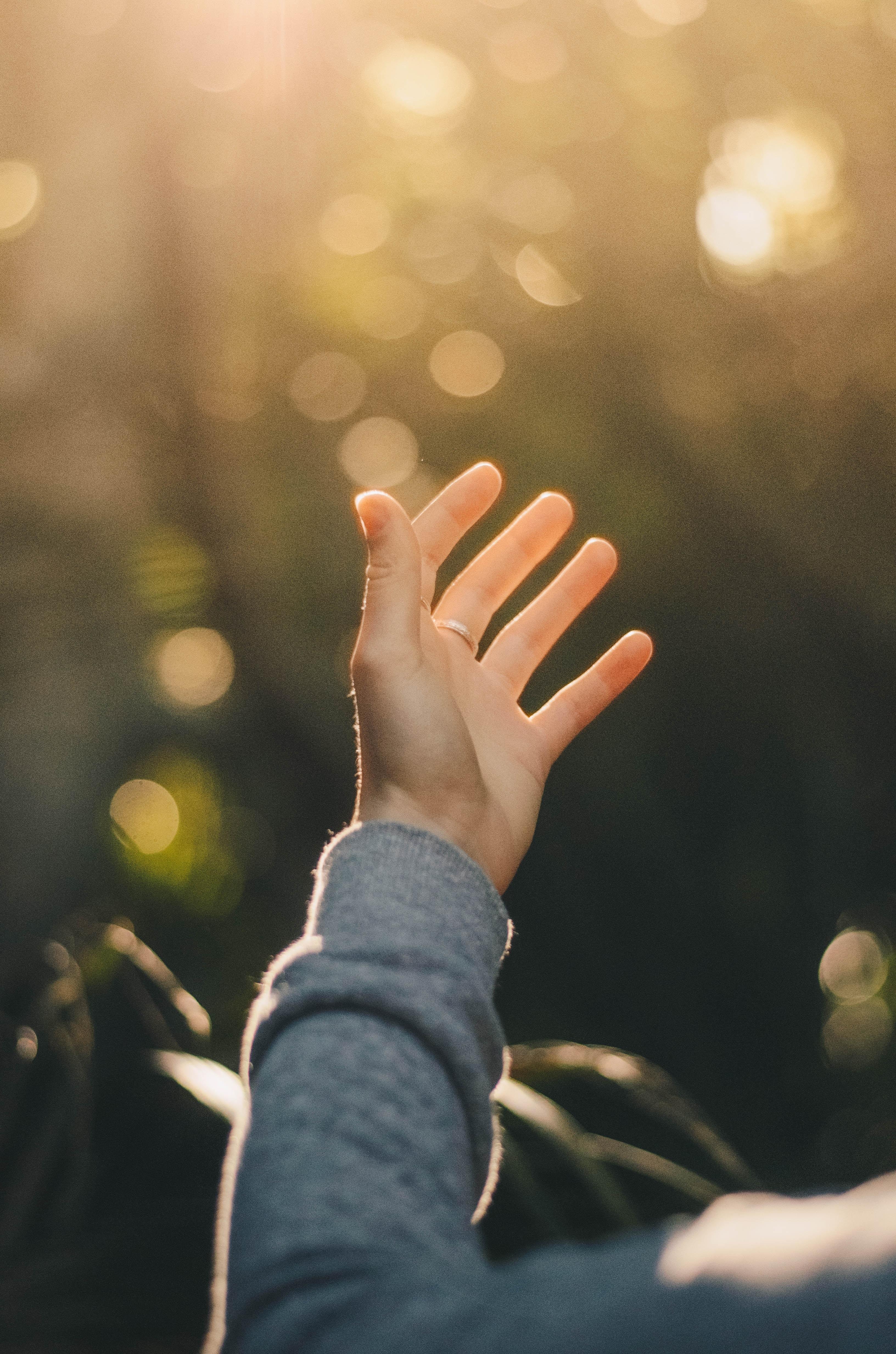 hand reikt uit voor contact