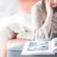 vrouw leest fotoalbum