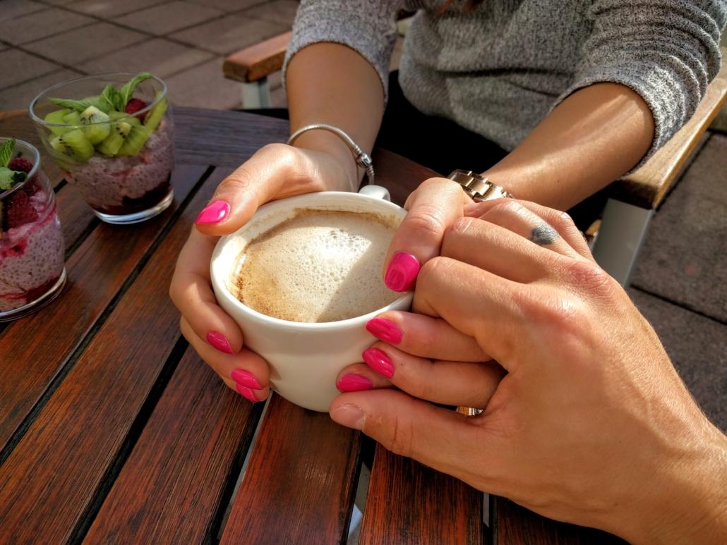 steun handen om kop koffie
