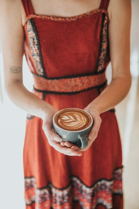 vrouw bied koffie aan